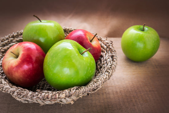 red-and-green-apples-in-a-basket